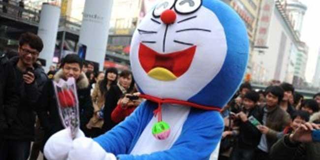 Romantis-dan-Cute,-Melamar-Pakai-Kostum-Doraemon