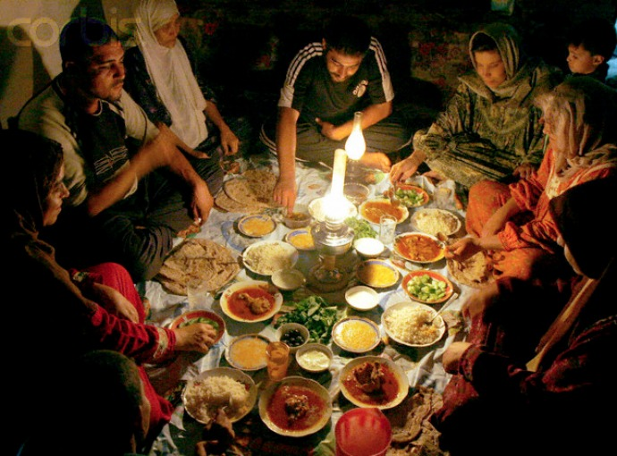 Makan dengan cepat dianggap tidak sopan (c) asofnowproject.wordpress.com