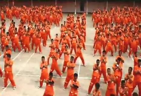 Tarian Keren oleh Para Tahanan di Penjara