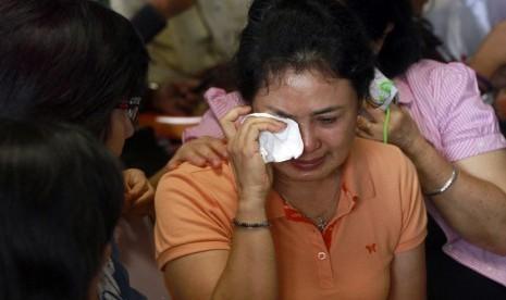 Pesawat Air Asia Ditemukan, Keluarga Histeris
