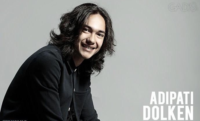5 Seleb Indonesia Ini Makin Ganteng Dengan Rambut Gondrong (Adipati Dolken)