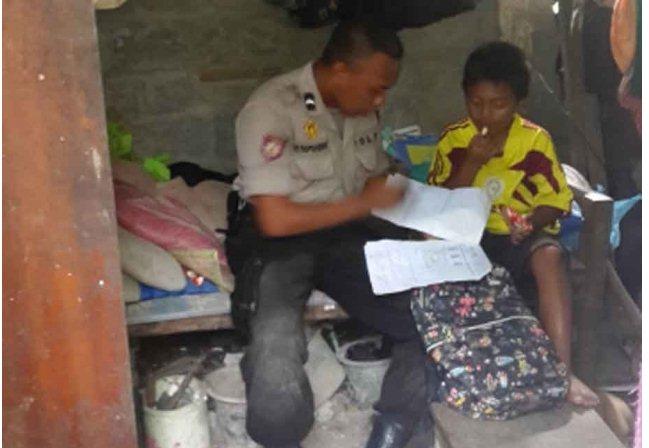 Foto - Foto Mengharukan Sang Polisi Jujur Bripda Taufik (Tinggal bersama ayah dan ketiga adiknya)