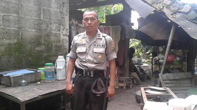 Kisah Haru Bripda Taufik, Polisi Yang Tinggal di Kandang Sapi
