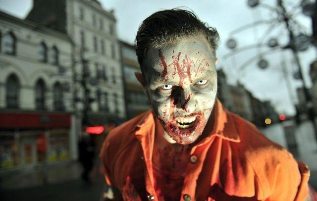 Pria Ini Keluar Dari Pekerjaannya Hanya Untuk Menjadi Zombie Profesional 3 MIRROR