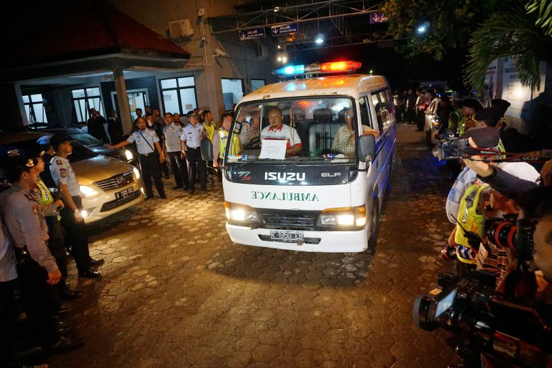 Mobil ambulans yang membawa jenazah terpidana mati Daniel Enemuo melintas di dermaga penyeberangan Wijayapura, Cilacap, Jawa Tengah, Minggu (18/1) dini hari