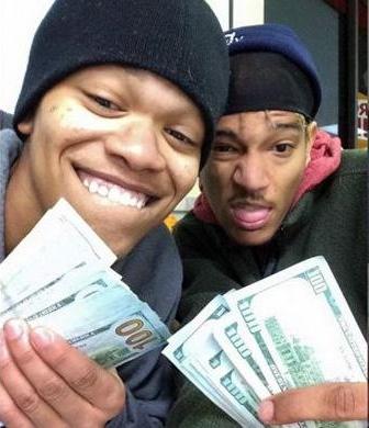 foto selfie dua pencuri di iPad curian