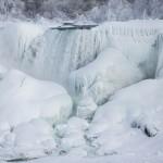 Pemandangan Air Terjun Niagara membeku