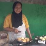 Nenek Zubaedah menjual martabak telor di dekat kampus UIN Jakarta | copyright Merdeka.com