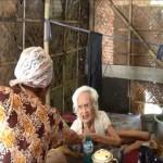 Nenek Sariati tinggal sebatang kara di gubug bekas kandang kambing (c) Sindo/Eddie Prayitno