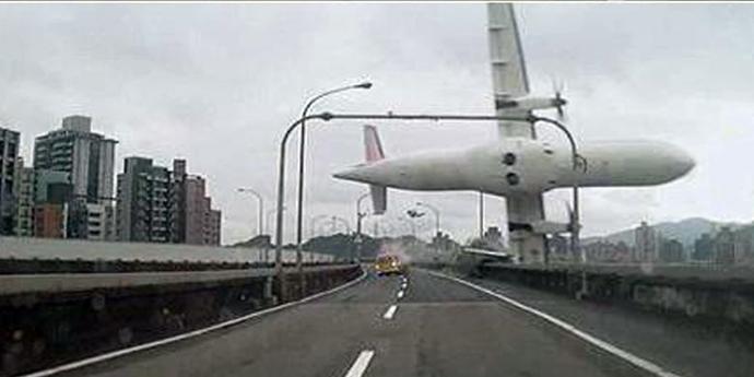 Pesawat Transasia GE 235 yang jatuh ke sungai di Taipei (c)@Missxoxo168