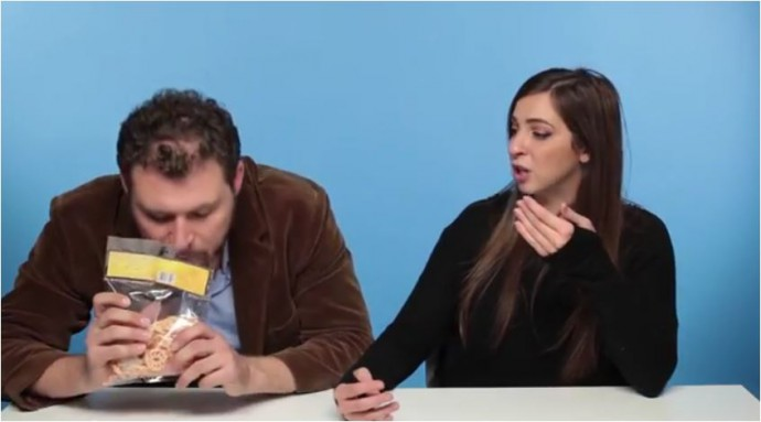 Bule Makan Kerupuk Ikan (c)BuzzFeedVideo