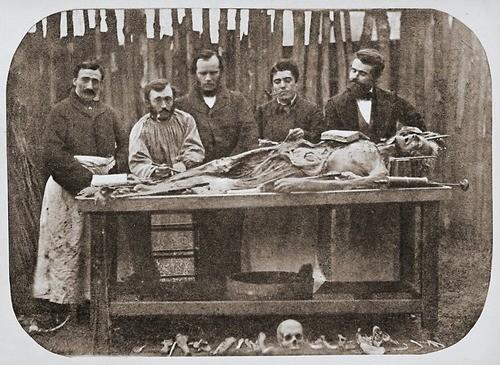 Bermain dengan mayat | copyright viralnova.com