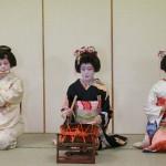 Seorang Geisha harus pandai memainkan alat musik (cnn)