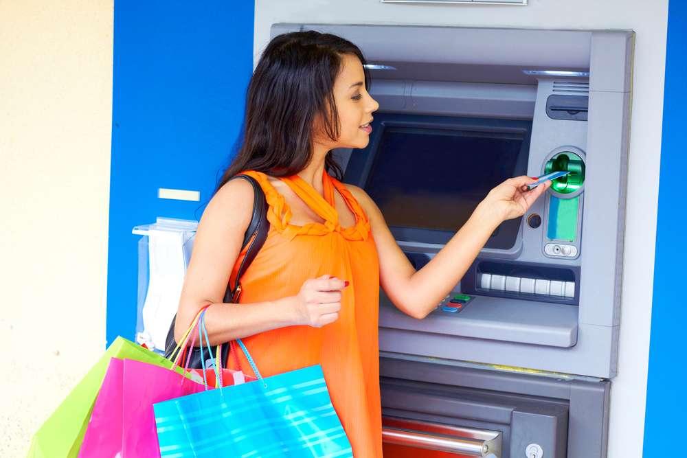 Mengambil Uang di Mesin ATM
