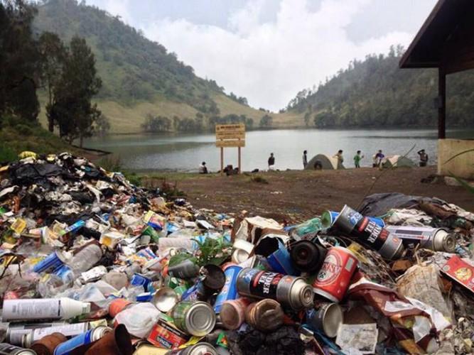 Sampah di Ranu Kumbolo (via)wisatagunung