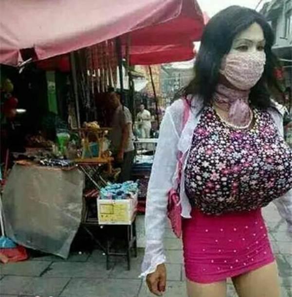 Memakai Pakaian Wanita