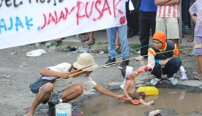 Membuat lomba memancing di empang lubang jalan [ Image Source ]