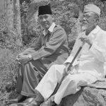 H. Agoes Salim dan Bung Karno [ Image Source ]