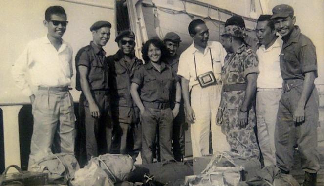 Herlina Kasim dengan para prajurit lainnya [Image Source]