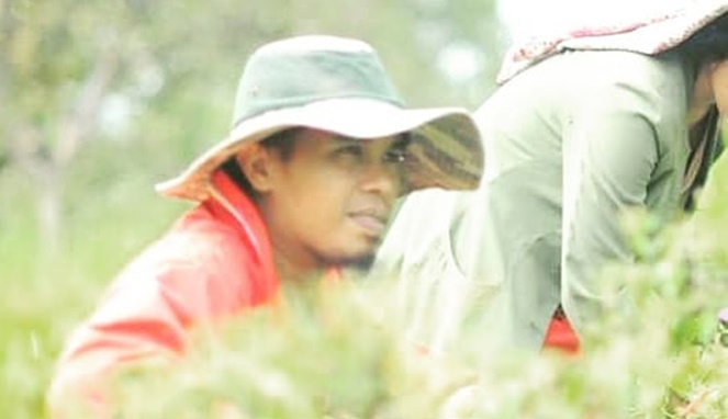 Potret Adi MasterChef Indonesia season 8 di ladang cabainya. [sumber]