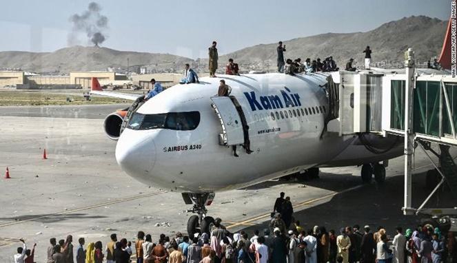 Warga Afghanistan berbondong-bondong pergi dari negara mereka. [Sumber Gambar]